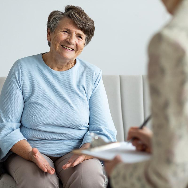 Ältere Frau lässt sich beraten