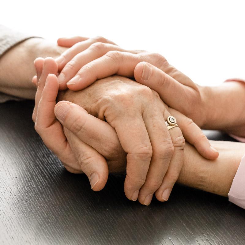Hände geben Beistand