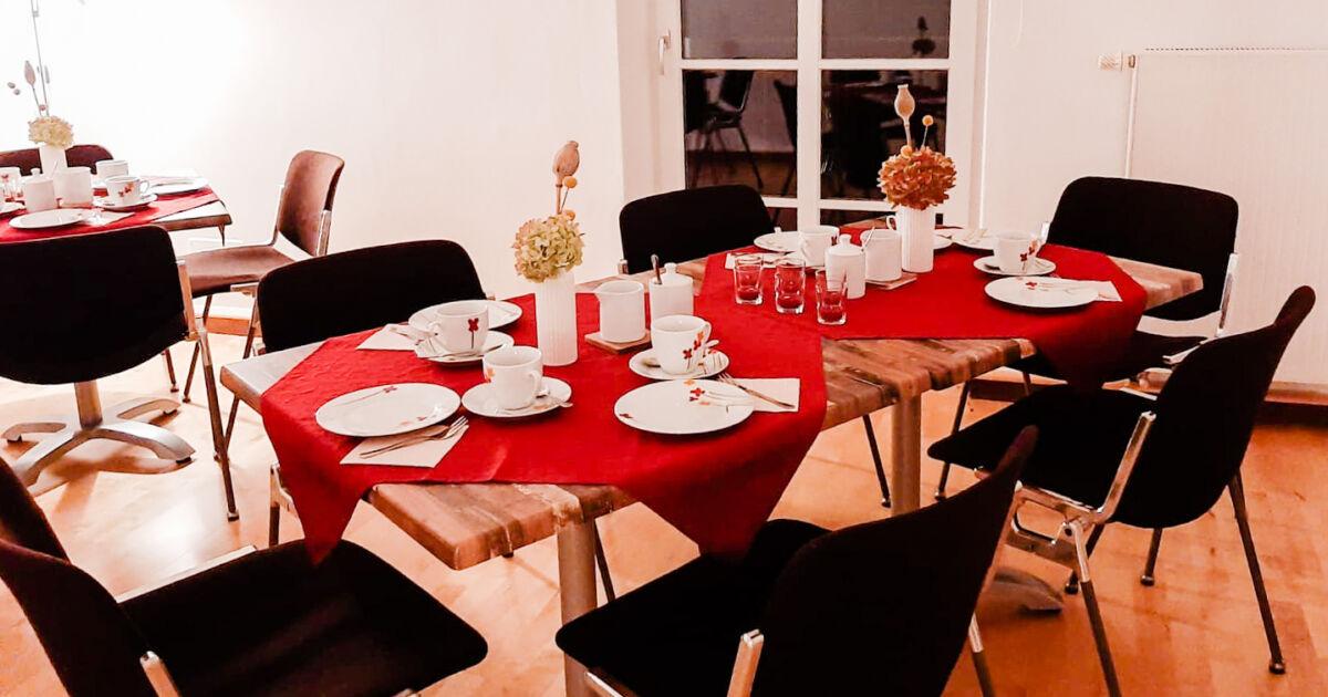 Tische eingedeckt für das Trauercafé